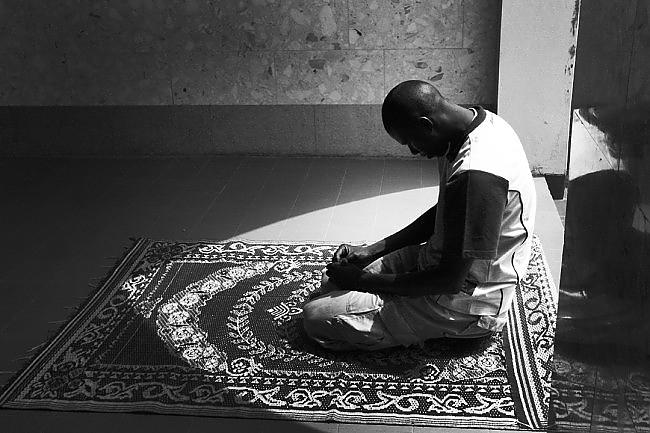 bw_4_muslim_prayer__simage